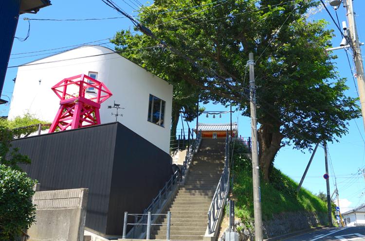 日和山全景。近年再注目される新潟市「しもまち」エリアにあり、まち歩きや路地巡りの休憩ポイントにも最適