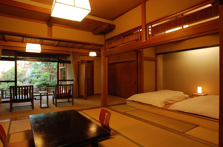 和モダンなローベッドが人気、露天風呂付き 客室「高砂」