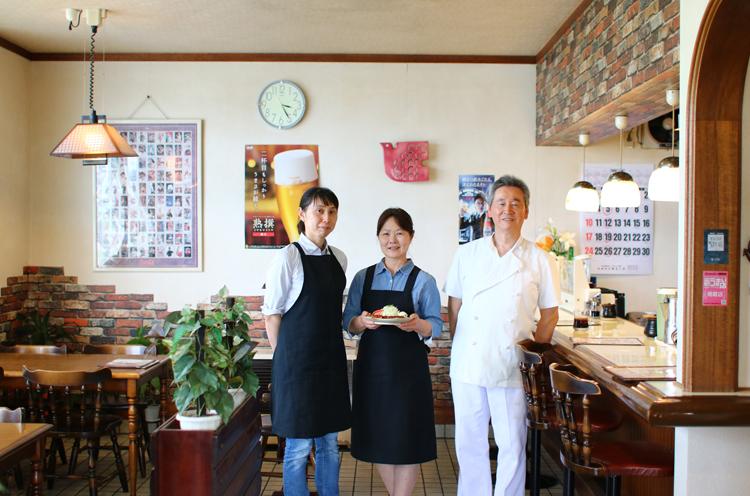 店主の皆川さん夫 妻と娘の平澤さん (左)。家族経営のア ットホームな雰囲気 がいい