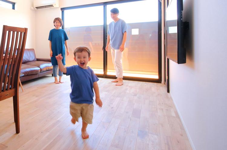 無垢材の床の気持ちよさは格別。笑顔で走りまわる子どもの表情が物語る