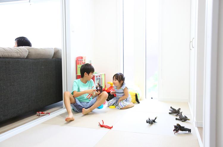 リビングに面した和室。子どもの遊び場としてだけでなく来客が来た際にも活躍