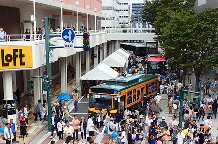 万代シテイにバスが大集合!普段見れないバスを展示。大人気「らくがきバス」もあるよ