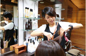 ハサミで行なうトリートメント!「クリニックカット」で落ち着きのある髪へ|新潟市