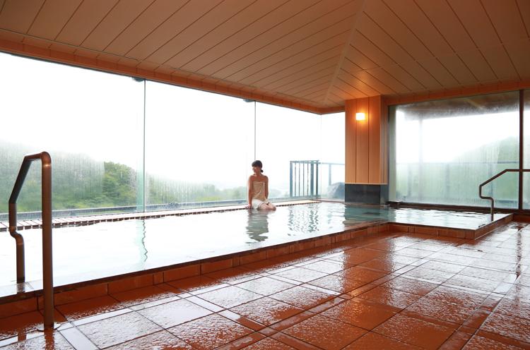内風呂からも大きな窓越しに景色が楽しめます。好きなシャンプーを選んで使えるなど、女性にうれしい心遣いがいっぱい!