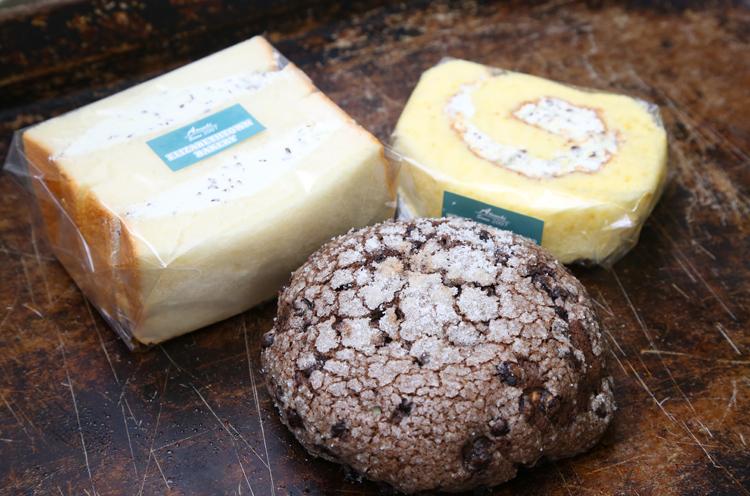 バター クリームサンド、メロンパン、ロールケーキ──すべてチョコミント味!
