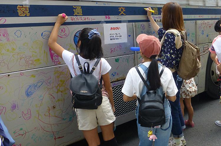バスに絵が描けちゃう!! 子どもたちにはたまりませんねー