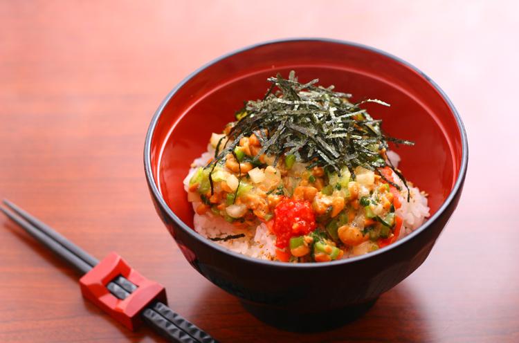 これがきりざい丼。納豆、たくあん、野沢菜、鮭などがごちゃまぜに入っている