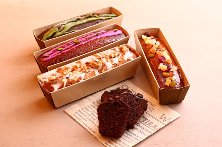 小ぶりなサイズがかわいいパウンドケーキは、フルーツやショコラ、抹茶、キャラメルなど全6種を提供。しっとりとした生地と女子ウケ確実のデコレーションがポイント。各700円