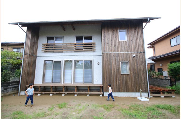 落ち着いた木の風合いが上品な雰囲気。丁寧に暮らしていくことで200年住める家を実現