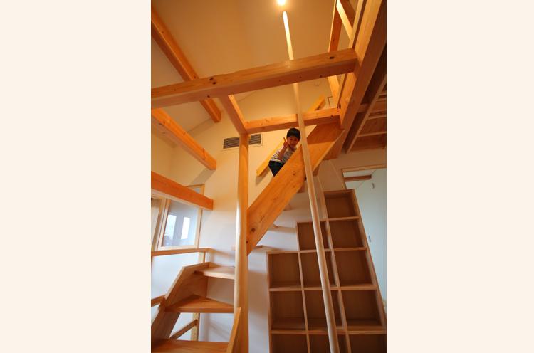 お子様が天気の悪い日や冬でも、家で楽しく過ごせるようにと登り棒やうんていを設置
