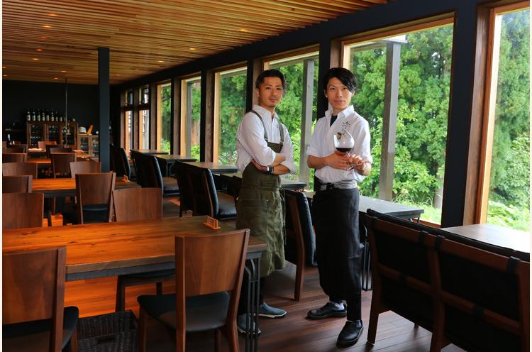 左から、シェフの齋藤克樹さんと支配人・小野塚悠也さん