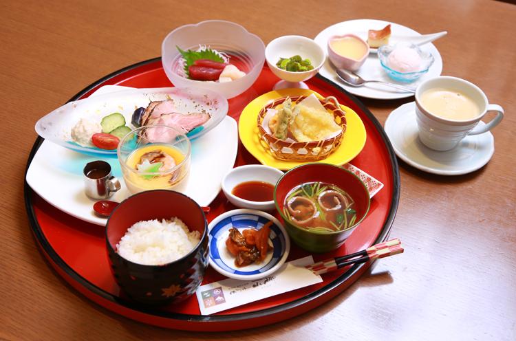 味彩厨房ゆごやの一番人気『月替り御膳』(1,944円)。季節の食材を用いたさまざまなメニューが味わえます。手作りスイーツも大好評です