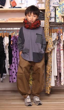 ポケットTシャツ6,372円(95〜145cm)、ヘムタックパンツ7,452円(95〜145cm)、ストール5,940円/以上nunuforme[モデル:あつきくん(8歳)]