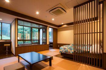 お湯に浸かって湯沢の温泉街を一望!新設された半露天風呂付き客室が大人気!