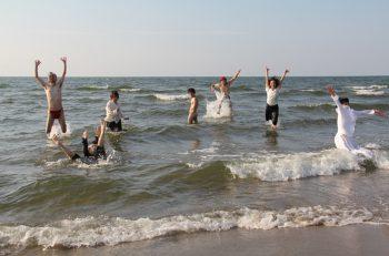 秋の関屋浜と海の家で、演劇作品を創作・上演