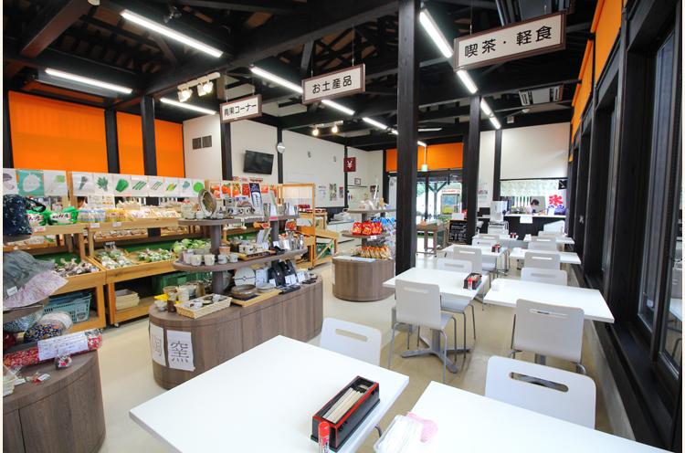 農産物直売所では弥彦産の果物や野菜、特別栽培米コシヒカリ『伊彌彦米』 などの特産品を販売