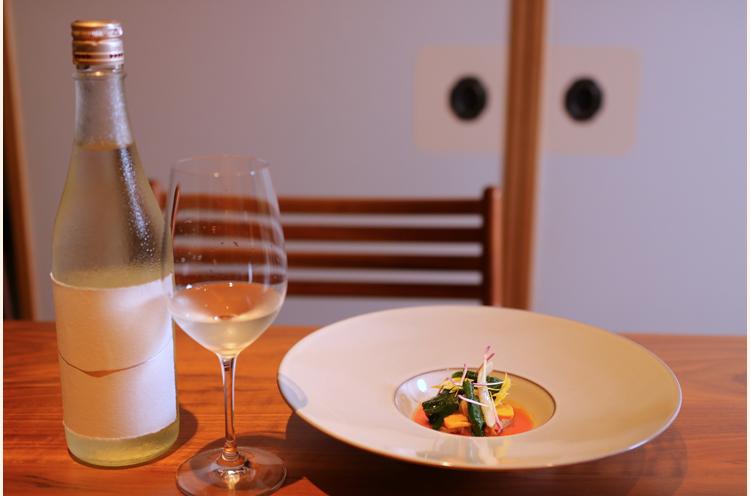 『バイ貝のコンフィ』と麒麟山酒造(阿賀町)『玉雫 大吟醸原酒』。コリコリのバイ貝をトマトとセロリのソースでいただく。すっきりとしたフルーティーなソースの味わいに、華やかな香りがたつ日本酒を合わせることで、その風味は何十倍にも膨らむ