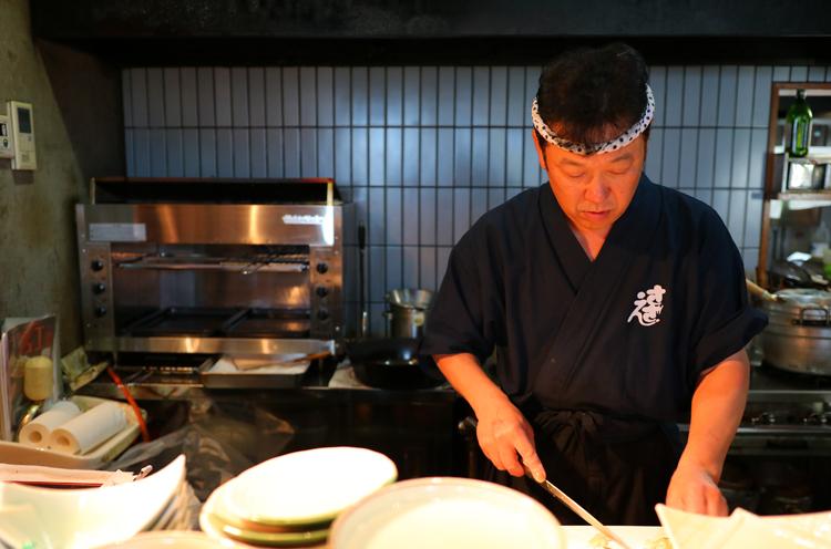 料理を手掛けるご主人。魚介以外には地元の人向けに鶏のから揚げなどの定番の居酒屋メニューも用意してくれています