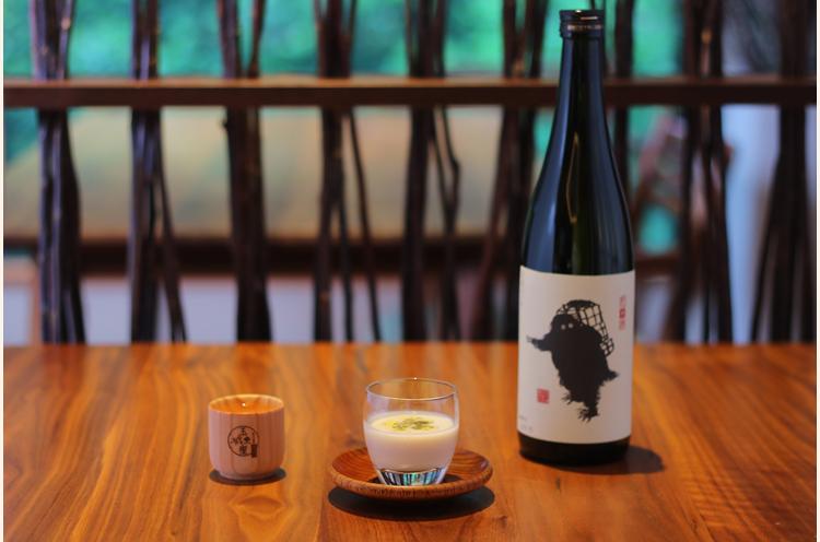 『切り干し大根のスープ』と青木酒造(南魚沼市)『雪男 純米酒』。大地の力強い香りと素朴な甘みを感じる切り干し大根のスープに、純米酒の骨太なうまみが絶妙に絡み合う。檜のお猪口を使うことでお酒に上品な香りが移り、樽酒のような上品な香りが加わる
