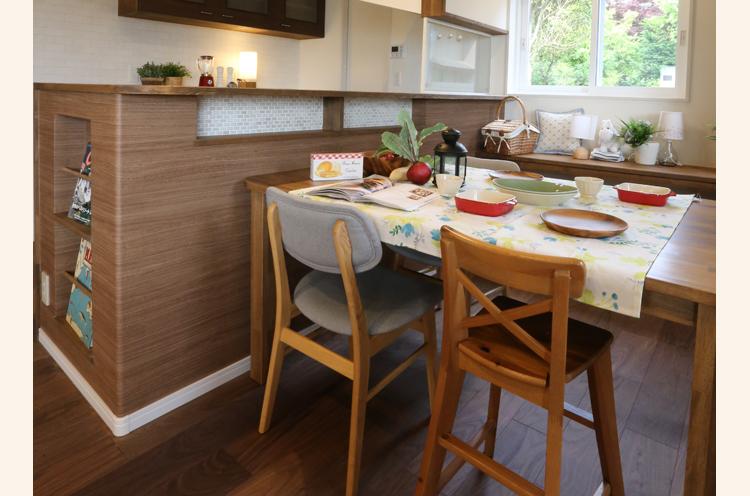 キッチンの一部をタイルにしたり、雑誌スペースを設けたり、こだわりが印象的