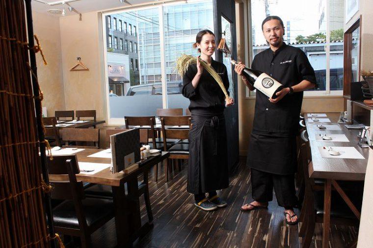 店長の長嶺さん(右)とスタッフ