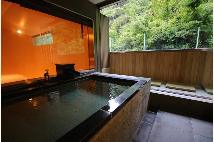 部屋についている温泉。源泉かけ流しの松之山温泉を、美しい自然の景色と一緒に楽しもう