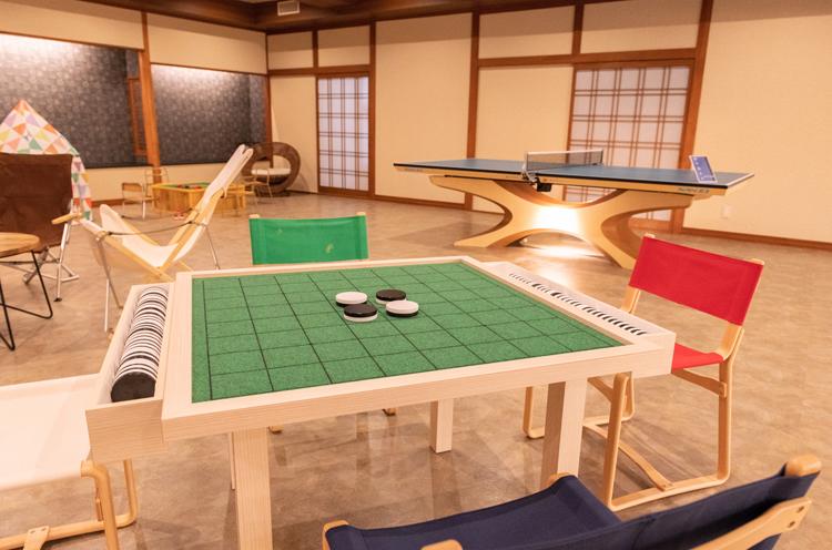 レクリエーションルーム。手前の巨大白黒ゲーム板も地元工務店による手作り品だそう。ちなみに奥の卓球台はリオ五輪でおなじみになった天童木工製です