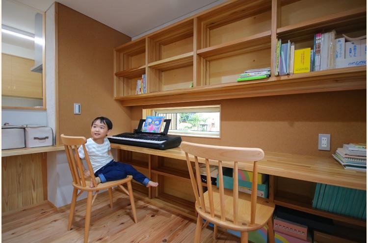 キッチン横は、リビング学習用のスペース