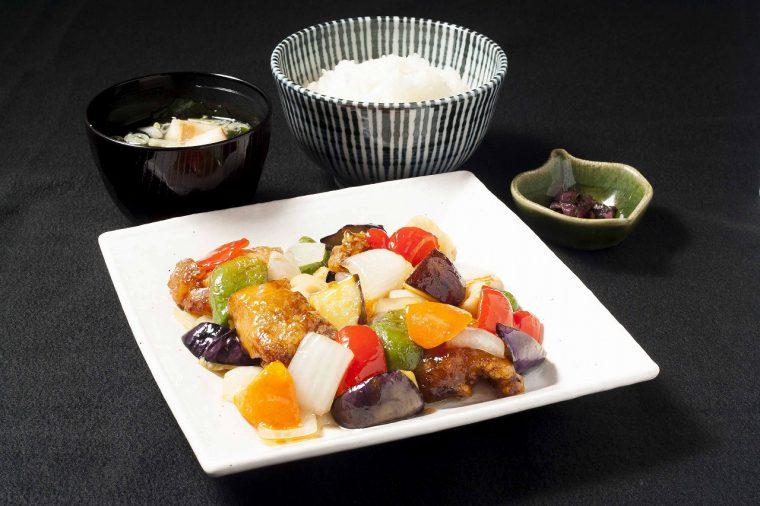 彩り野菜と鶏肉の黒酢あんかけ定食800円