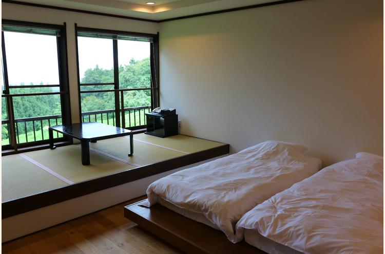 和洋室は1泊22,000円+税~。定員4名までのルームチャージ制