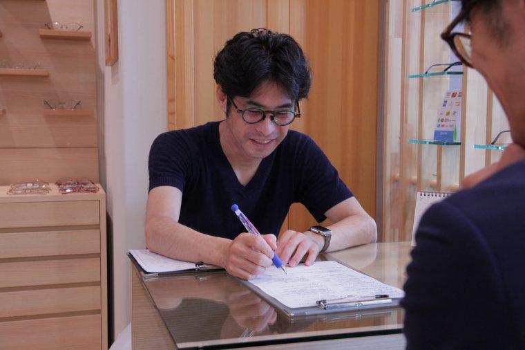 自分のメガネについてカウンセリングシートに記入。長谷川さんのカウンセリングが、理想のメガネ作りの第一歩