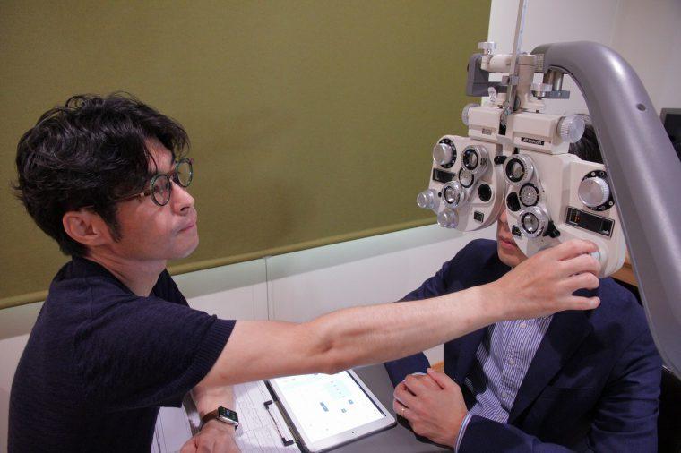 ほらほら、こんな機械で視力を測られたことないでしょ!?