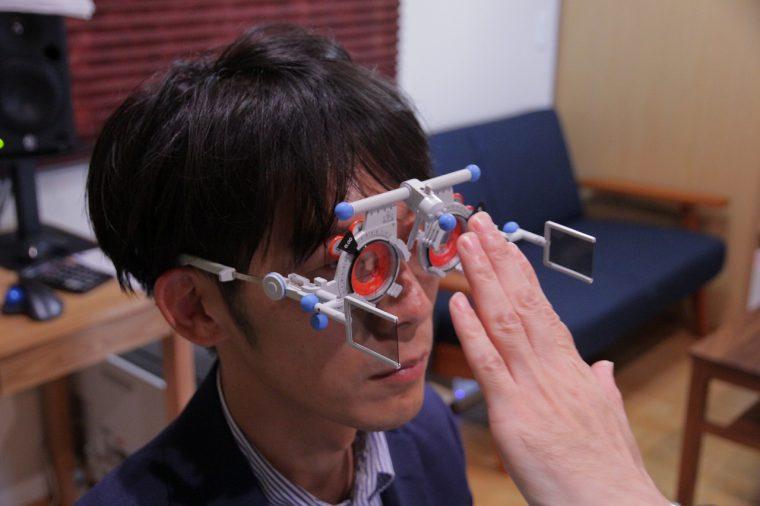 何だか未来を感じるサイバーな雰囲気のメガネで検査とか