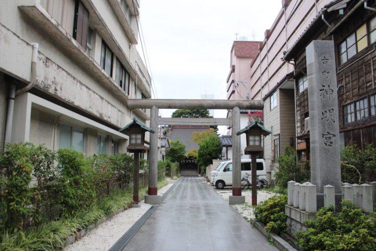 正面に見えるのが古町神明宮。参道をずいずいと進みます