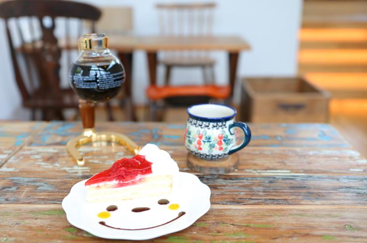 飲み物とケーキ(400円~)のセットで、 ケーキ200円引き
