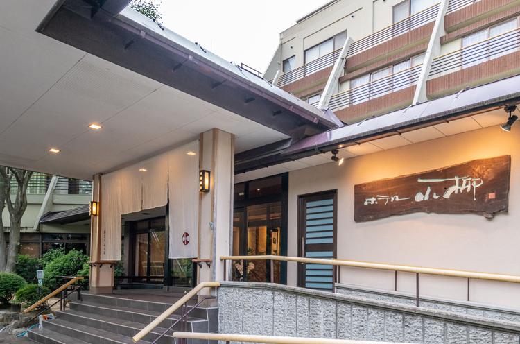 護摩堂山の中腹、新潟平野を見下ろすように佇む湯田上温泉。ホテル小柳はこの地で大正元年に創業した老舗宿です