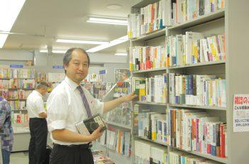 【本屋さんに行こう!!】田中角栄に関する本がズラリ!と並ぶ長岡駅ナカの書店