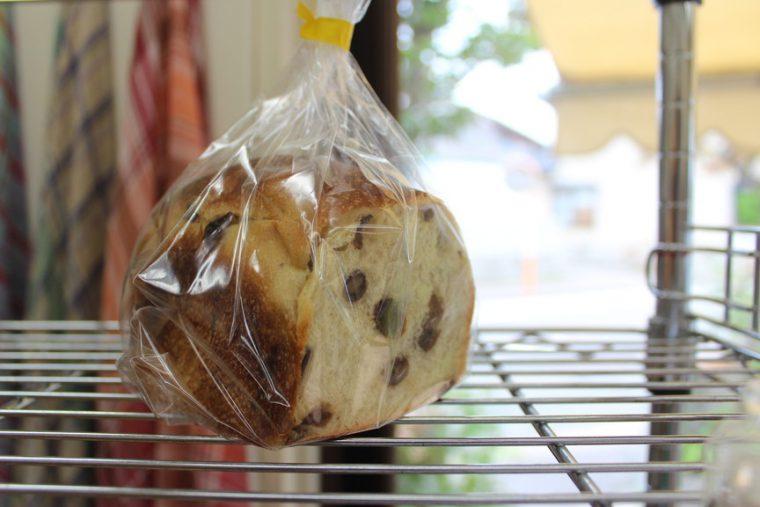 生地のモチモチ感のなかに、オーガニックレーズンのほどよい甘酸っぱさがクセになる『レーズン食パン』(273円)