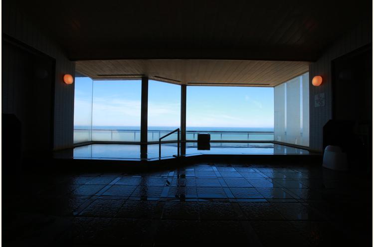 浴場からも日本海を一望。露天風呂もあります