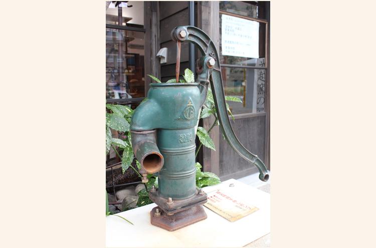 この手押しポンプ、「トトロの井戸ポンプ」としてご存知の方もいるかも? 飲むのはNGですが、災害時にはトイレを流す水などに利用できるそうです。