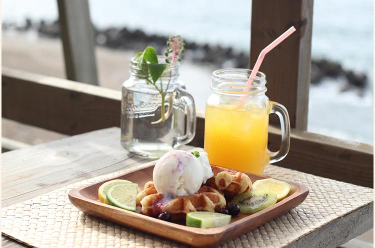 『ワッフル&アイス』( 550円)と『オレンジジュース』( 320円)