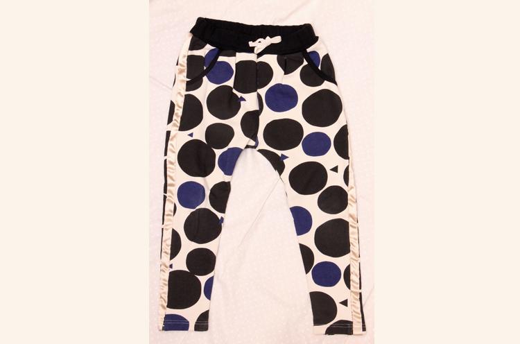 「小さな大人服」をコンセプトに、個性的なデザインやシルエットにこだわったジョガーパンツ 6,372円(90〜140cm・FOR BOY&GIRL)/minau