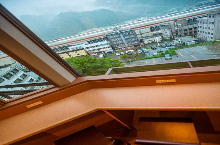 カウンター席からの眺め。新幹線が来たらちょっとテンション上がります(笑)