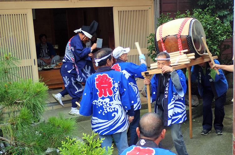 戸地(とじ)集落で行なわれている、豆まき(翁)と太鼓の門付けの様子