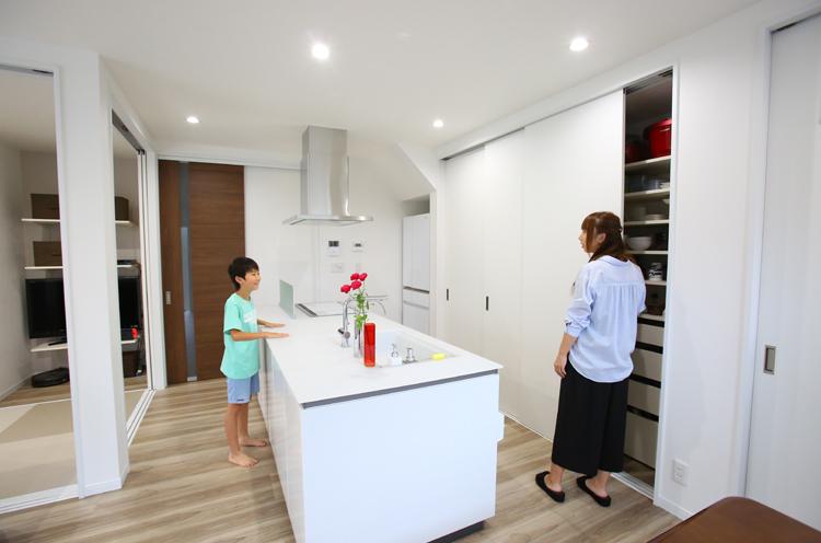 「生活感を減らしたい」というママの横にある壁面は、造作による引き戸の収納棚。電子レンジなどの家電もしまえる