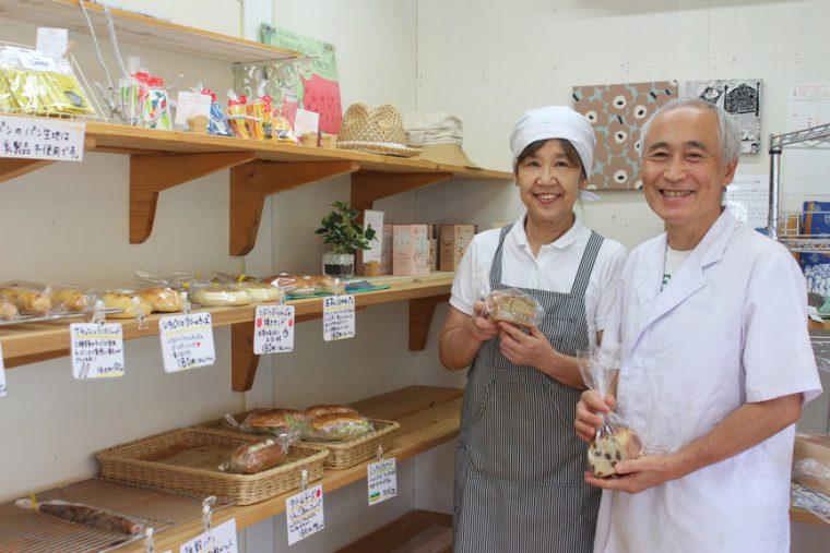 五十嵐店店内にて。左が小林亮子さん、右が小林辰美さん
