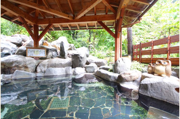 大岩に囲まれた 「月の湯」の露天風呂