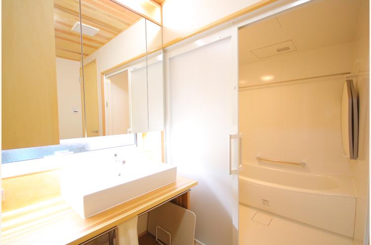 明るく広い洗面所とお風呂場。造作の収納もたっぷり