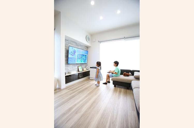 テレビを壁掛けにして、リビン グスペースを広く確保