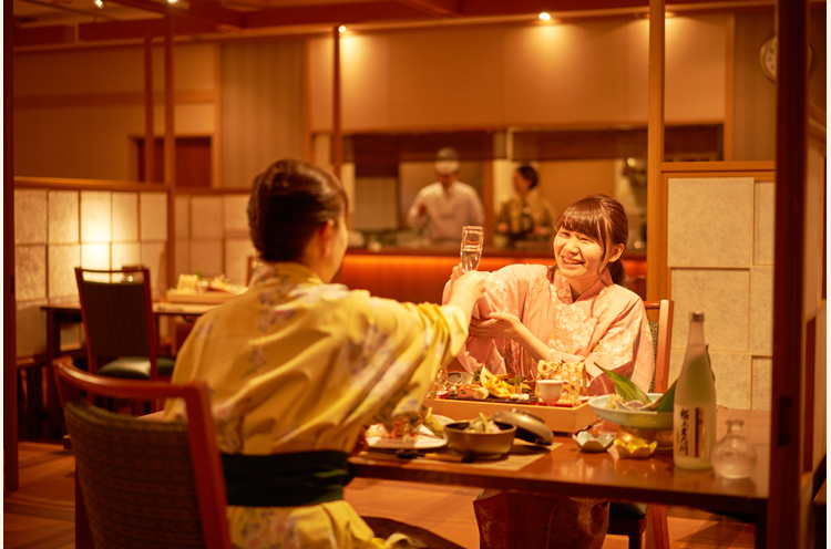 夕食はレストランで。目 の前で調理風景が楽しめる ワゴンサービスも好評